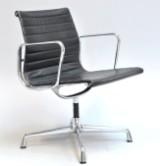 Charles Eames. Kontorstol, model EA-107, sort læder