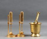 Ilse D. Ammonsen. Skibsolielamper af messing med gyro-ophæng samt morter (3)
