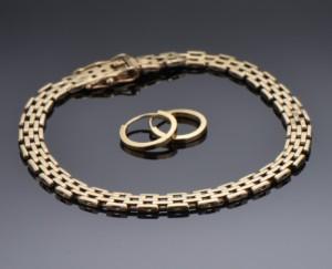 Armbånd samt par øreringe af 14 kt. Guld (3) - Dk, Herlev, Dynamovej - Armbånd af 14 kt. Guld med kasselås monteret med to sikkerhedshægter. L. ca. 17,4 cm. samt par øreringe af 14 kt. Guld. Diameter ca. 1,3 cm. Øreringe ustemplet men syretest foretaget, Samlet vægt ca. 8,1 gram. (3) - Dk, Herlev, Dynamovej