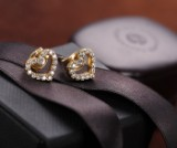 Ole Lynggaard. 'Hearts' a pair of diamond ear studs in 18 kt. gold. (2)