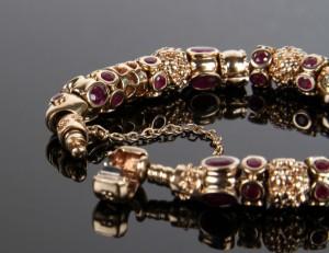 Pandora armbånd af guld 14 kt. med rubincharms. | Lauritz.com