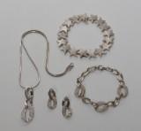 Aagaard. Stjernearmbånd og smykkesæt af sterlingsølv med cubic zirkoner. (5)