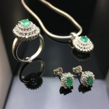 A set of jewellery with emeralds and brilliant cut diamonds (5)