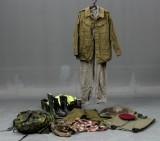 Diverse militærudrustning, hjelme, signalveste, rygsæk m.m.