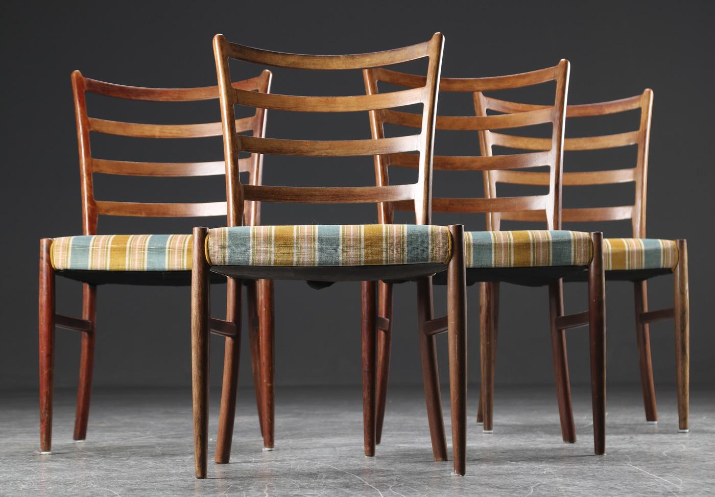 V.S. Andersen. Fire stole af palisander, 1960erne - V.S. Andersen. Fire stole af massiv palisander, sæder betrukket stribet møbelstof, sædehøjde 44 cm. Fremstillet hos SVA møbler, 1960erne. Fremstår med brugsspor, herunder solbleget