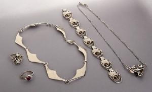 Moderne halskæde, halskæde med perle, armbånd, ring med perler  og ring med klare og farvede sten. 5