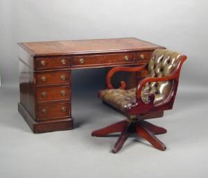 Englischer Schreibtisch Mit Sessel Im Chesterfield Stil 2