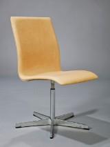 Arne Jacobsen. Oxford kontorstol med lav ryg, naturfarvet læder,