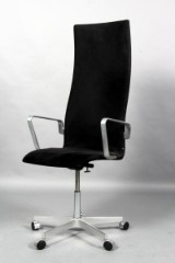 Arne Jacobsen. Højrygget Oxfordstol, alcantara