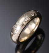 Nuran. Massiv ring af 14 kt. guld prydet med diamanter