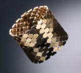 Egon Holmgaard Sørensen, København. Bred bicelle armlænke af 14 kt. guld