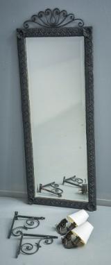 Spejl i ramme af smedejern, konsolbeslag, samt 2 lampetter (4)