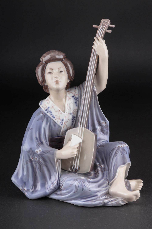 Dahl Jensen. Figur DJ 1155. Geisha - Dahl Jensen. Figur af porcelæn i form af Geisha, DJ 1155. H. 23 cm. I. sort