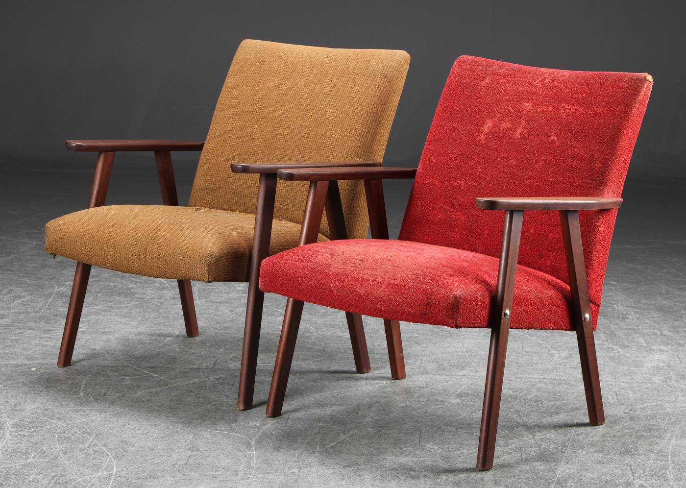 Par lænestole af teaktræ, dansk møbelproducent - Par lænestole af massiv teaktræ, betrukket med møbelstof, H. 78 B. 66 sædehøjde 44 cm. Dansk møbelproducent. Fremstår med brugsspor; betræk med slitage og huller, ene stol med let løshed i stel