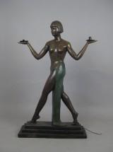 Bronzeskulptur af en kvinde i art deco-stil