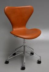 Arne Jacobsen. Series 7 office chair, Vacona aniline leather