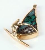 Arbuckle Design. Vedhæng i14 kt guld m/ Boulder opal. 'Windsurfer'. Håndsmedet.