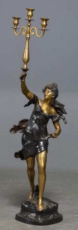 Gulvkandelaber i form af kvinde m/ kandelaber, af nyere dato