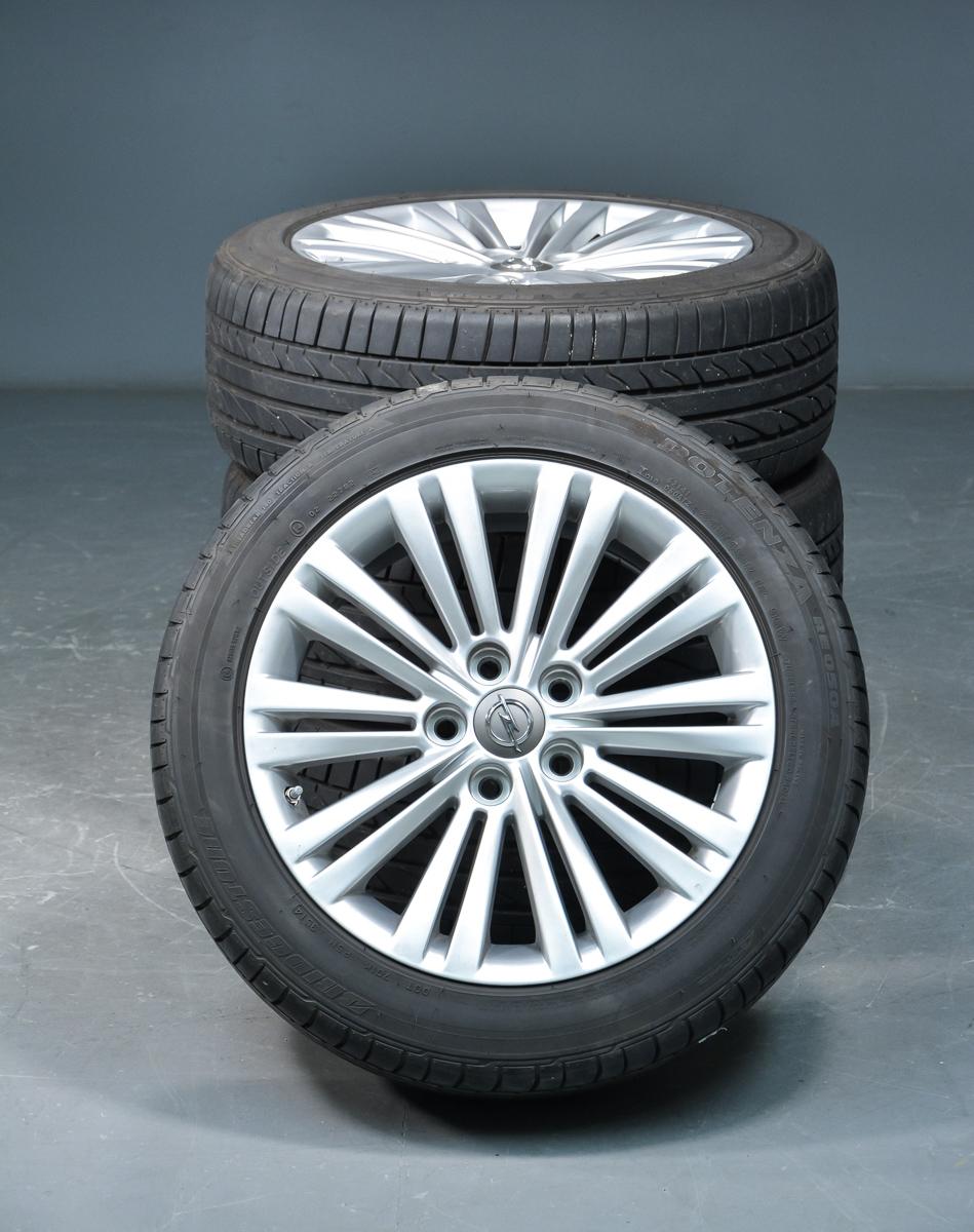 Opel fælge med Brigdestonedæk - Opel Insignia, 18 tommer letmetal fælge, krydsmål 5x120, indpresningsdybde 42. Monteret med Bridgestone Potenza RE050A dæk str. 245/45/R18 incl. dæktryksovervågning ventiler. Dæk fremstillet uge 35 ni 2014. Fremstår med alm brugsspor samt ca....