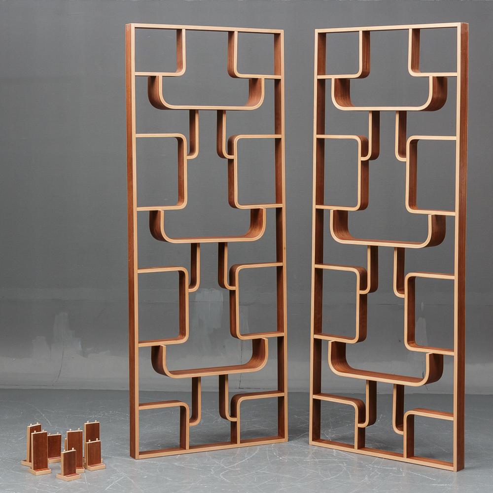 Thonet. To reolsystemer / rumdelere - Thonet. To reolsystemer / rumdelere af bøg og fineret mahogni. H 225 cm, B 90 cm, D 15 cm. Fremstår med minimale brugsspor