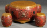 Chinesischer Gartentisch mit vier Hockern im Inneren (5)