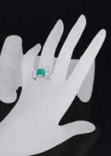 Smaragd- og brillantring af 18 kt. hvidfuld, i alt ca. 2.53 ct