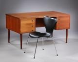 Dansk møbelproducent. Skrivebord af teak samt Arne Jacobsen stol, model 3107. (2)