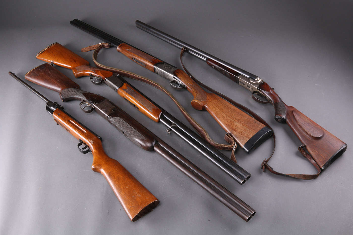 Fire haglvåben samt luftgevær - To O/U og to S/S haglgeværer samt luftgevær. Fremstår med brugsslitage og overfladerust. Eftersyn bør påregnes, før disse våben tages i brug. Jagttegn påkræves