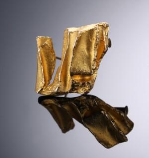 Björn Weckström. Broche af 14 kt. guld i organisk design, anno 1969 - Dk, Vejle, Dandyvej - Björn Weckström. Broche af 14 kt. guld, udført i organisk design, fuldstemplet med årstalskode Q7 for 1969. L. ca. 2,3 cm. Vægt: ca. 8,8 gr. Fremstår med brugsspor. - Dk, Vejle, Dandyvej