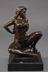 Broncefigur, siddende kvinde