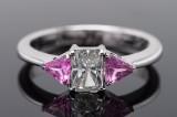 Ring med smaragdsleben diamant og 2 trillionslebne pink safirer