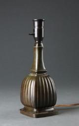 Just Andersen. Bordlampe af diskometal, dessin 1856