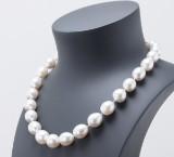 Perlenkette mit semirunden weißen South Sea Perlen sowie 14 kt. Goldverschluss mit Diamanten