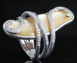 Ring in 18kt. set with mother of pearl and diamonds approx. 0.60ct