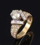 Brillant- og diamantring af 18 kt. guld og hvidguld, i alt ca. 1.94 ct. London 1989