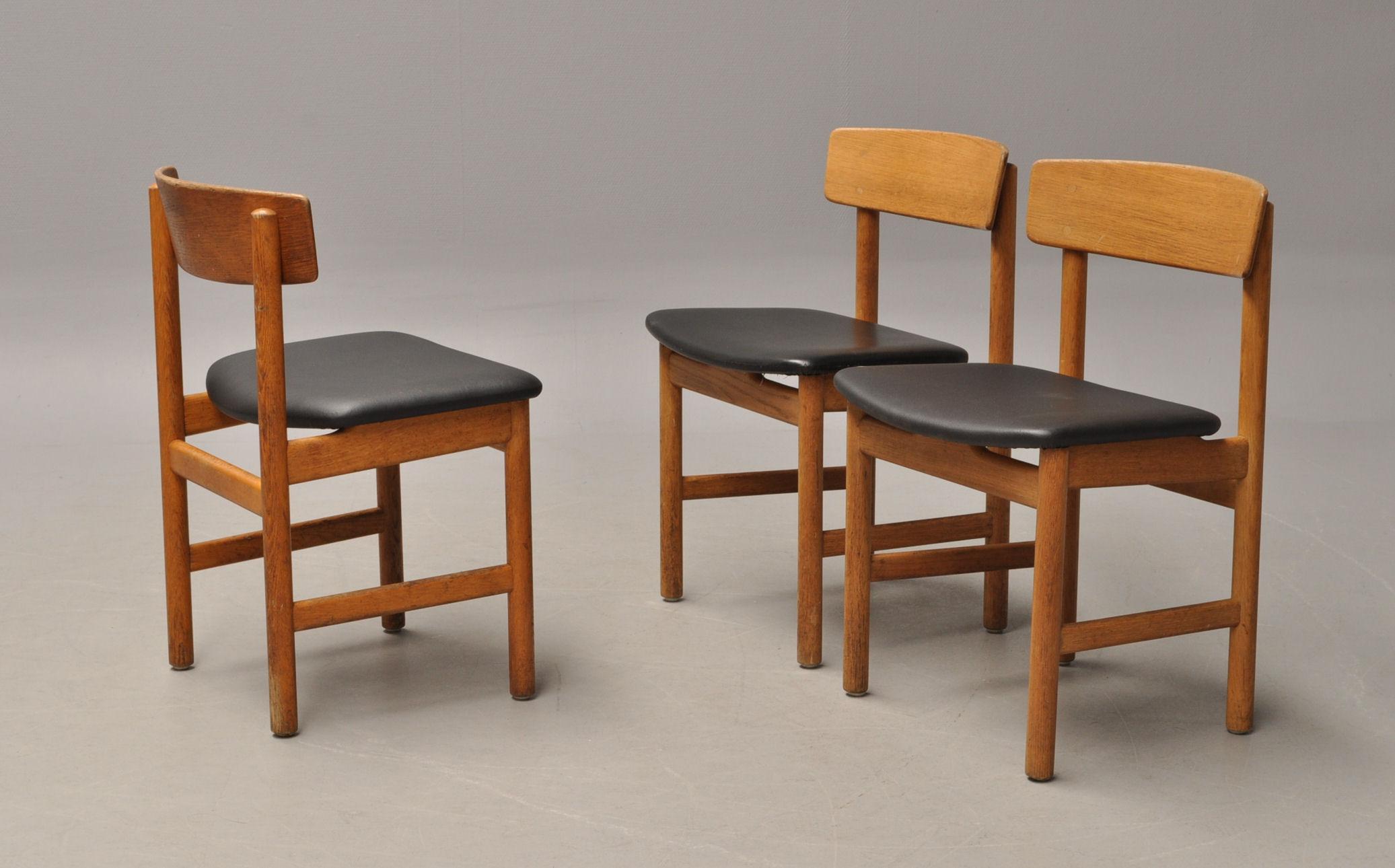 Børge Mogensen. Et sæt på tre stole af eg, model 3236. (3