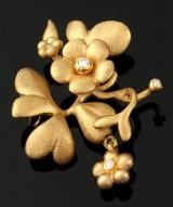 Ole Lynggaard. Stor blomsterlås samt blomstervedhæng af 18 kt guld med brillanter