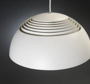 arne jacobsen aj1 pendel samt louis poulsen 39 billard lampe 39 af hvidlakeret metal 2. Black Bedroom Furniture Sets. Home Design Ideas
