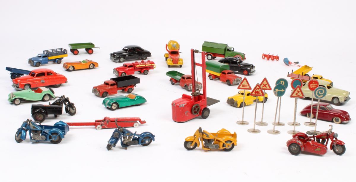 Tekno mini biler, motorcykler, vejskilte mm - Tekno mini biler, motorcykler vejskilte mm. Bl.a.: Falck motorcykel med sidevogn, tre indian motorcykler med sidevogn, tekno lift, tekno gaffeltruck, cementblander, Caltex tankvogn, Jaguar bil, Alfa Romeo bil, Porsche bil, ni vejskilte, plov mm. Fire...