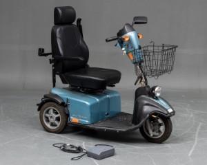 Mini Crosser Nordic El-scooter - Dk, Næstved, Gl. Holstedvej - Lyseblå metal farvet Mini Crosser tre-hjulet Nordic El-scooter i mellemklasse. Affjedret, stor motor kapacitet, store hjul, justerbart styrtøj. Sæde kan dreje og højdejusteres samt opklappelige armlæn. Incl.lader. Lette - Dk, Næstved, Gl. Holstedvej