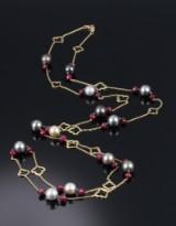 Sautoire halskæde af 18 kt. guld med rubiner og tahiti saltvandskulturperler. L. 132 cm