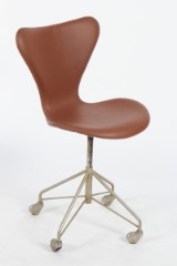 Arne Jacobsen. Series 7 office chair, model 3117, reupholstered in cognac-coloured leather