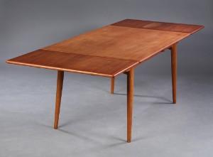 Hans J. Wegner. Spisebord med hollandsk udtræk af teak og egetræ ...
