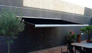 Markise, regnvindsol sensor, 4 meter, polyesterdug, hellukket aluminiumskasse, motor og fjernbetjening Denne auktion er annulleret - se nu vare 1969969