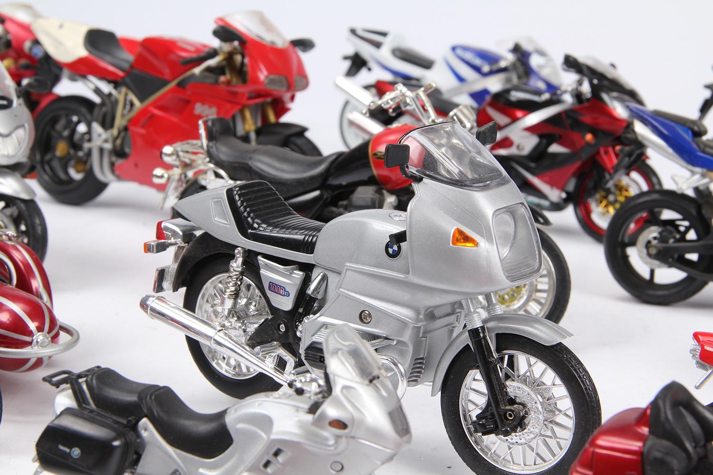 Samling diverse legetøjsmotorcykler - Samling diverse legetøjsmotorcykler, heriblandt fra Maisto og Mattel. L. 9-19 cm. Fremstår med brugsspor, defekter og mangler kan forekomme