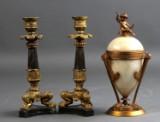 Par lysestager i Louis Philippe stil samt lågkrukke i amfora form(3)