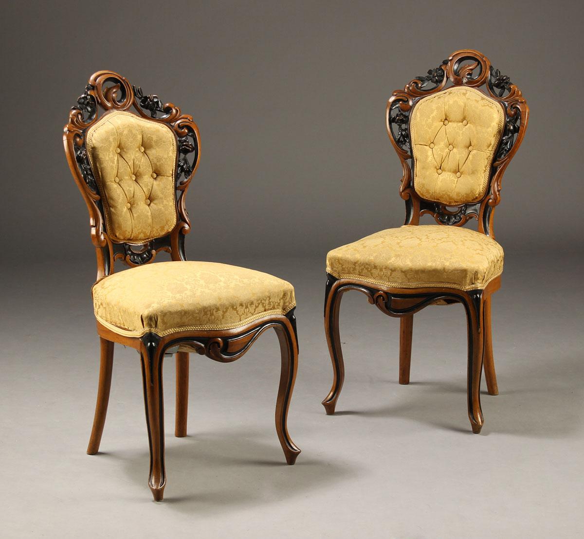 Par nyrokoko salonstole - Par nyrokoko salonstole af sortstafferet nøddetræ. 1800-tallet. Fremstår med slitage, løse kedere, reparationer mm