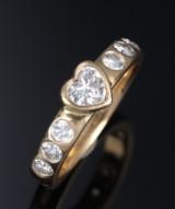 Brillantring af 18 kt. guld med hjertesleben brillant og 6 brillantslebne diamanter, i alt ca.1.01 ct. D/IF-G/VS. GiA raport