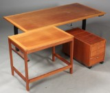 Christian Hvidt. Hæve / sænke skrivebord, skuffemodul og sidebord, mahogni (2)