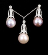 Vintage South Sea cultured pearl and diamond jewellery set, 18 kt. white gold. (3)